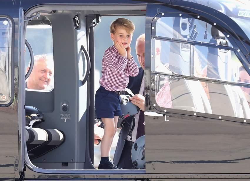 يبدو أن الأمير جورج متفجاً بعض الشيء لدى دخوله لطائرة مروحية خلال زيارة رسمية لهامبورغ عام 2017