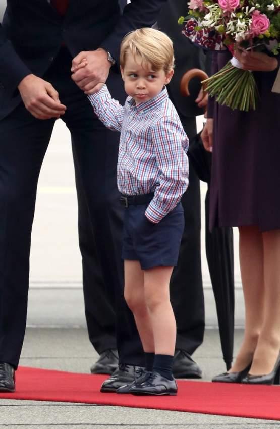 نظرة غريبة من قبل الأمير الصغير خلال زيارتهم الرسمية مع والديهم إلى بولندا عام 2017