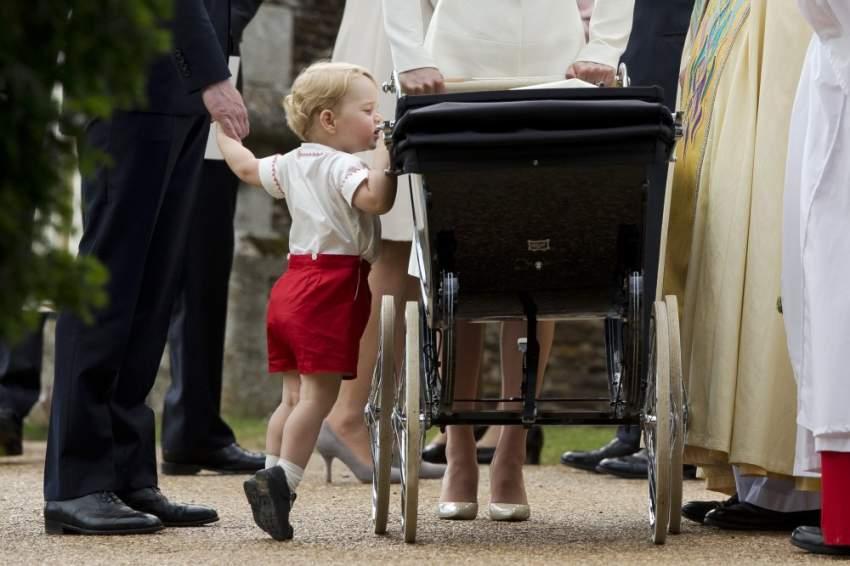 على أطراف أصابع قدميه .. جورج يسترق النظر لأخته الأميرة شارلوت