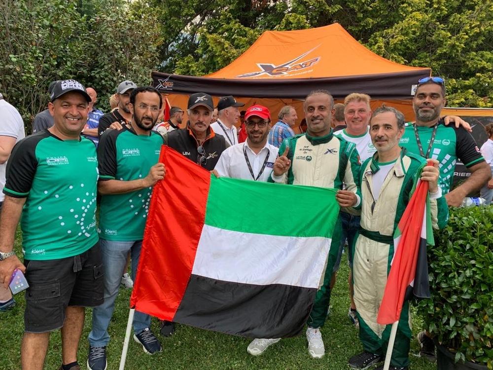 سعيد حارب وأحمد إبراهيم يتوسطان فريق زورق شرطة دبي الذي حل ثالثاً.(الرؤية)