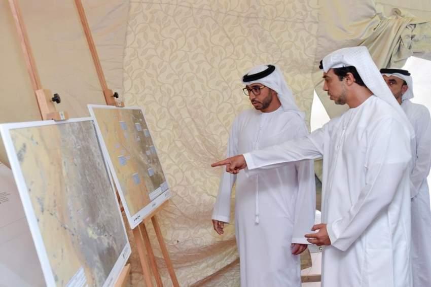 منصور بن زايد يتفقد شبكات الطرق الاستراتيجية التي تنفذها «مبادرات رئيس الدولة»