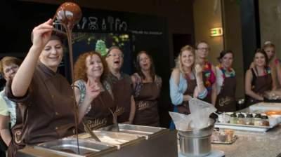 يمكنك صنع الشوكولاتة الخاصة بك في سويسرا من خلال ورشات عمل خاصة
