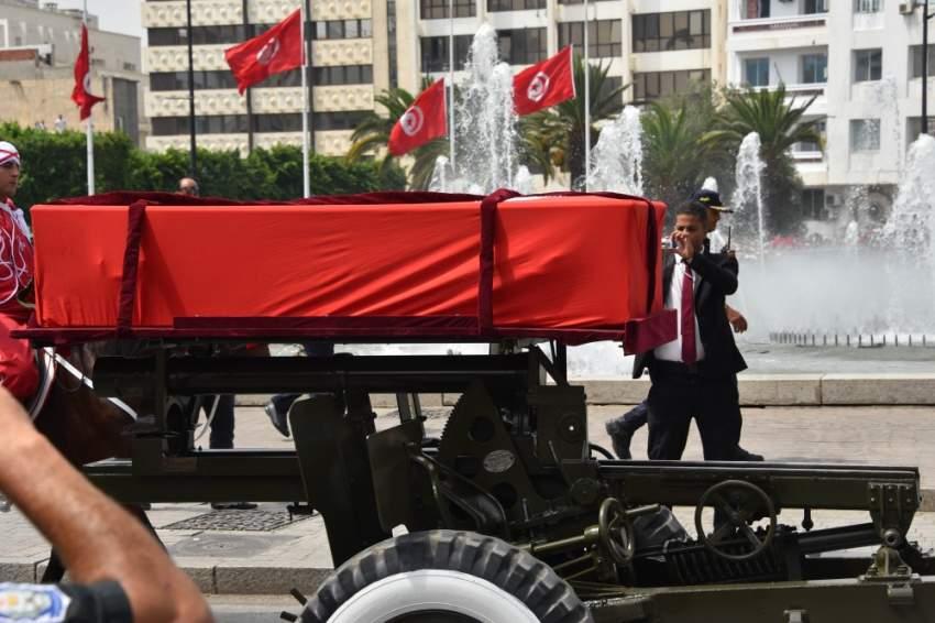 جثمان الرئيس الراحل أثناء مراسم التشييع - رويترز