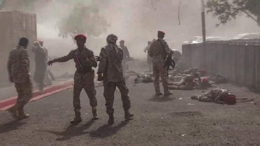 جنود يمنيون عقب الهجوم الإرهابي.