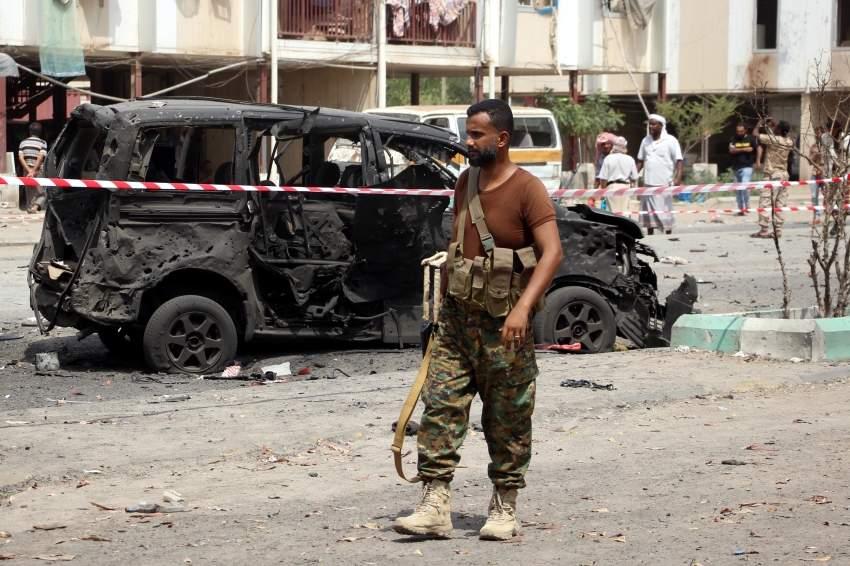 جندي يمني في موقع الهجوم الإرهابي على مركز شرطة في عدن.