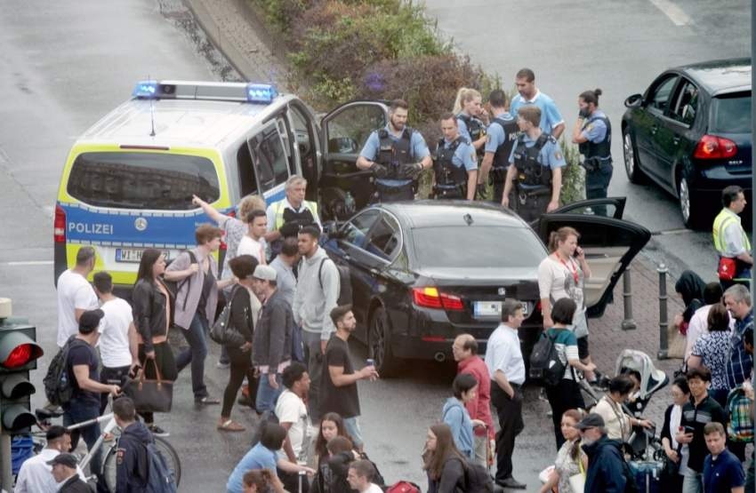 epa07753621 German police officers during a large scale operation in the area in front and around of the main train station (Hauptbahnhof) in Frankfurt am Main, Germany, 02 August 2019. Frankfurt police issued a statement on 02 August afternoon alerting the public to avoid the area around the Hauptbahnhof as numerous forces were running a police operation. EPA/MAURITZ ANTIN