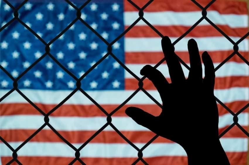 وتواجه الولايات المتحدة تدفق عدد هائل من المهاجرين الساعين إلى عبور حدودها الجنوبية