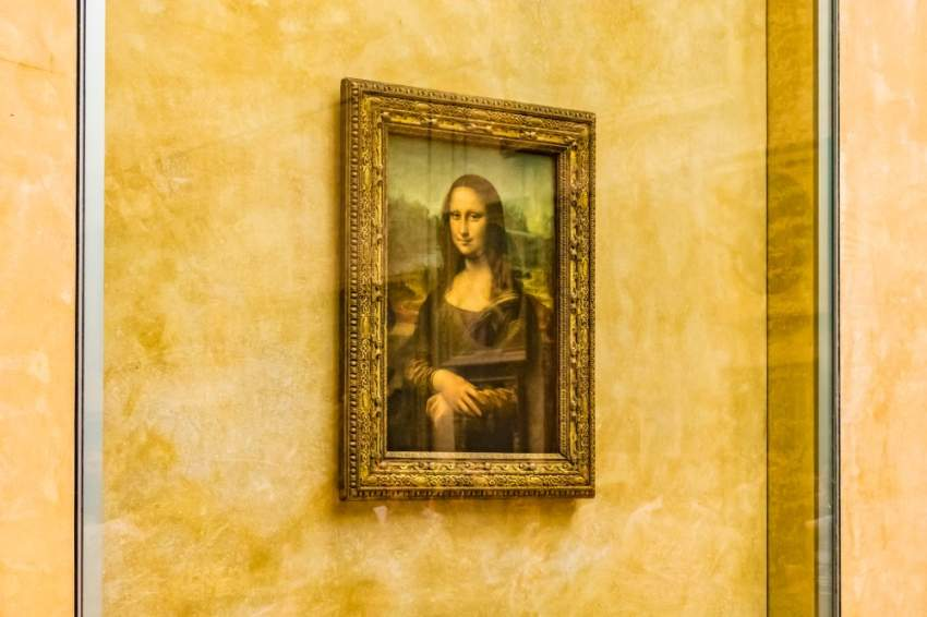 لوحة الموناليزا تحظى باهتمام زوار اللوفر