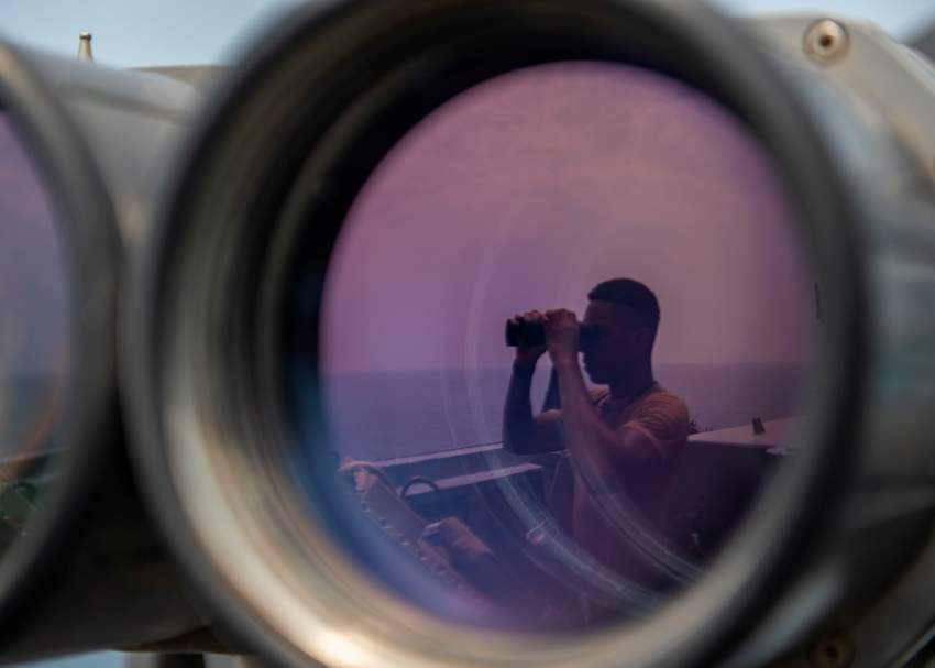 بحار أمريكي على متن مدمرة صواريخ أثناء مهمة مراقبة في الخليج.