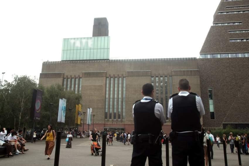 تم استدعاء الشرطة إلى المتحف يوم الأحد، بعد العثور على الطفل على سطح في الطابق الخامس