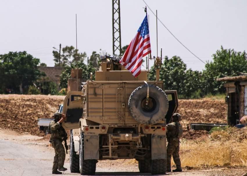 جنود أمريكيون أثناء الانسحاب من بلدة في الحسكة السورية.