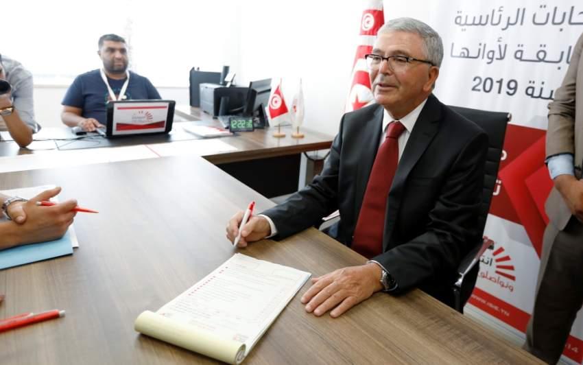 عبدالكريم الزبيدي أثناء التقدم بأوراق ترشحه للانتخابات الرئاسية. (رويترز)
