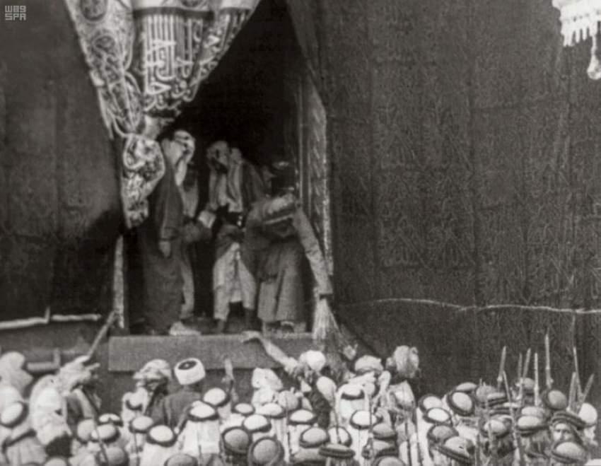 كيف تمت صناعة باب الكعبة من مئات الكيلوغرامات من الذهب؟