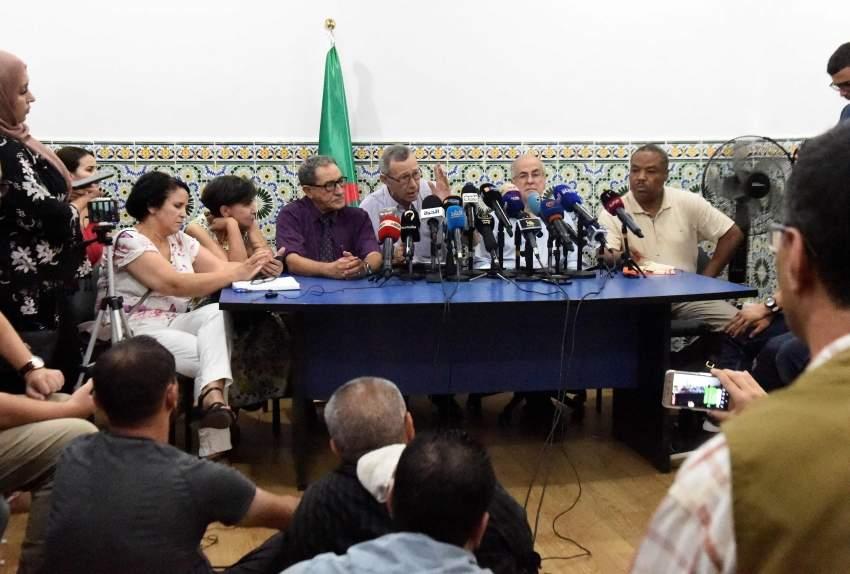 جانب من اجتماع أعضاء هيئة الحوار الوطني في الجزائر.