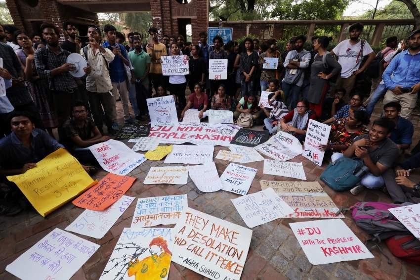 طلاب في نيودلهي يحتجون على القرار الهندي بشان كشمير.