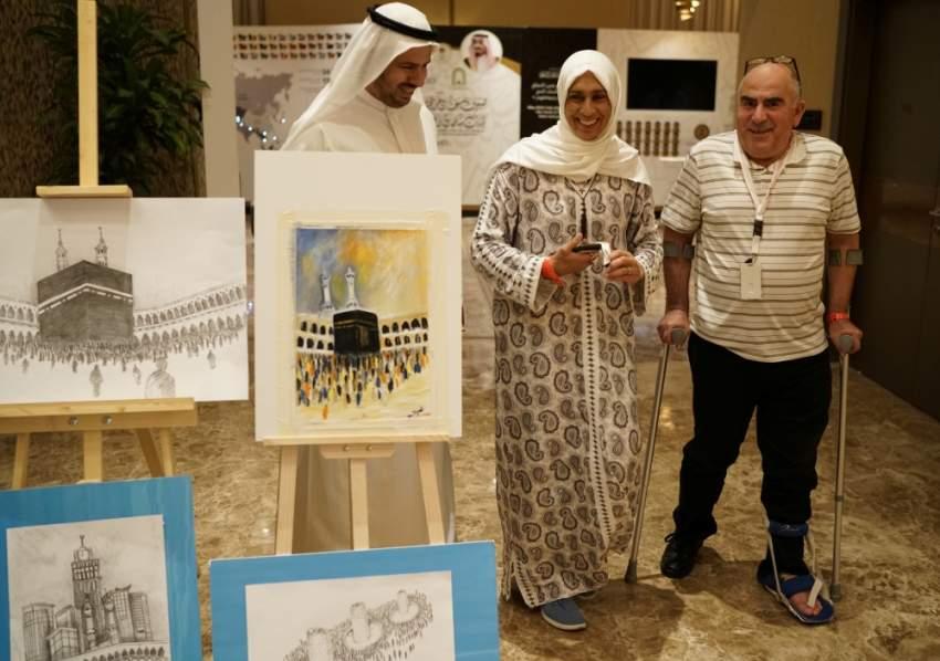الابتسامة على وجهي نائلة حسن وشحادة السيناوي وهما يتحدثان مع مسؤول سعودي في مكة المكرمة. (رويترز)