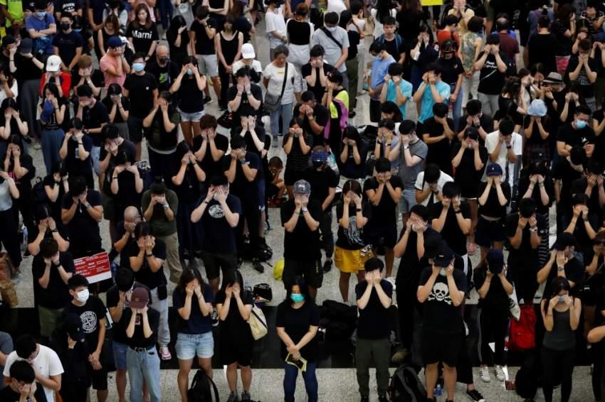 محتجون في صالة الوصول بمطار هونغ كونغ. (رويترز)