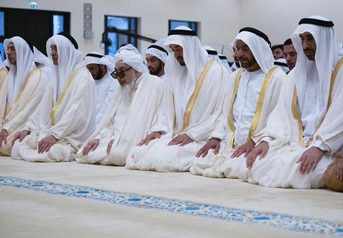 محمد بن زايد يؤدي صلاة عيد الأضحى المبارك في جامع الشيخ سلطان بن زايد بأبوظبي