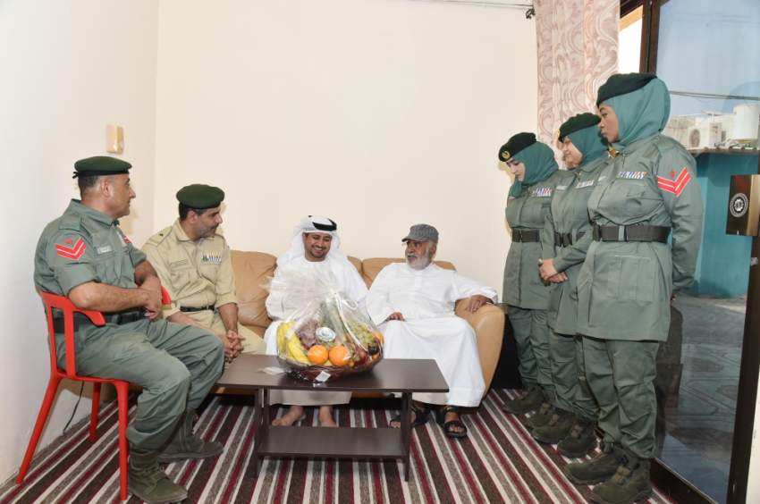 أثناء تقديم فوالة العيد لأحد كبار المواطنين في دبي. (الرؤية)