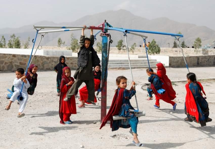 أطفال أفغانستان يحتفلون بعيد الأضحى ويلعبون بألعاب نصبت بإحدى الأحياء (رويترز)