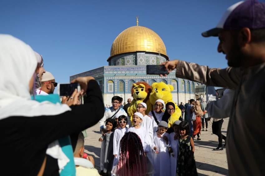 إحتفالات الفلسطينين في القدس ولقطة تظهر التقاط العائلات للصور بالقرب من مسجد قبة الصخرة (رويترز)