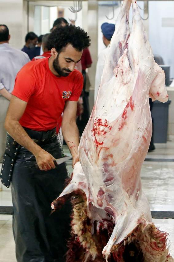 قصاب مصري يعمل في الكويت بات نجماً في العيد على مواقع التواصل بسبب الشبه الكبير بينه وبين نجم الكرة محمد صلاح