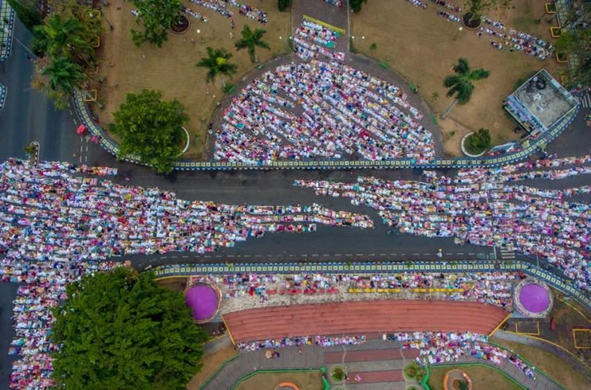 شوارع اندونيسيا تمتلئ بالمصلين الذين أدوا صلاة العيد (رويترز)