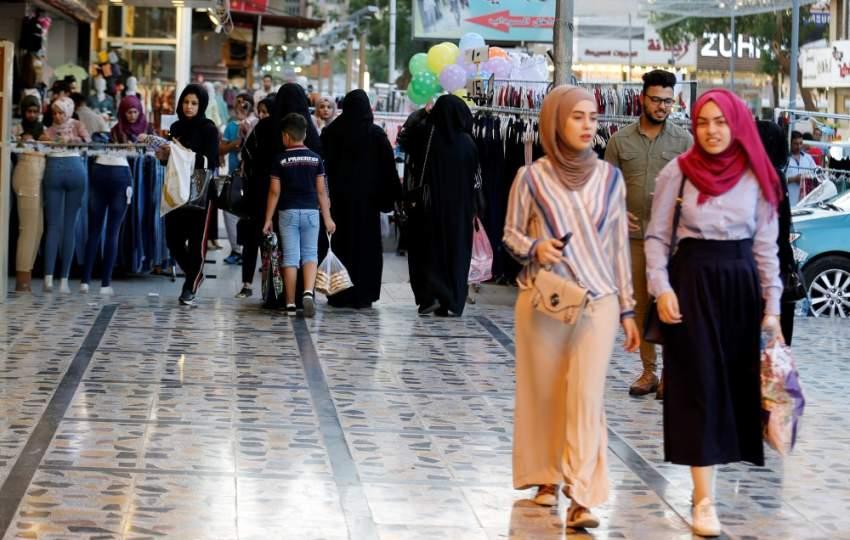 أسواق العراق تظهر أجواء التجهيزات للعيد (رويترز)