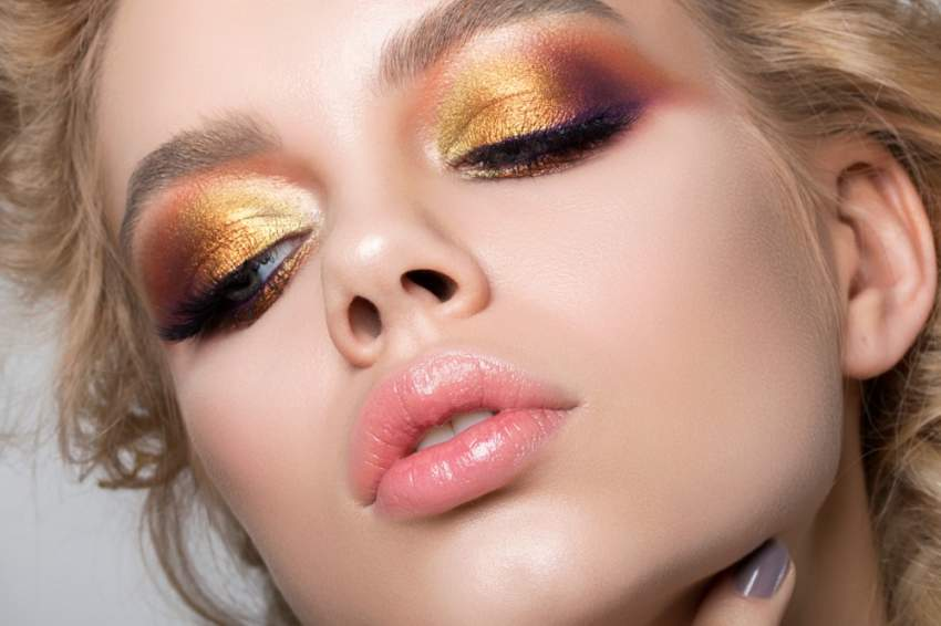 خطوات بسيطة للحصول على مكياج العيون الذهبي البراق كالمحترفات