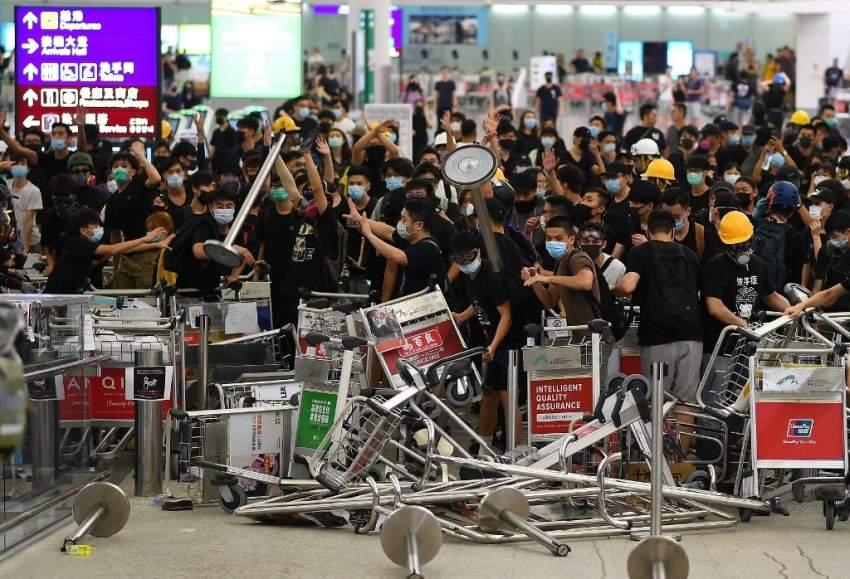 اشتباك بين المحتجين والشرطة في مطار هونغ كونغ