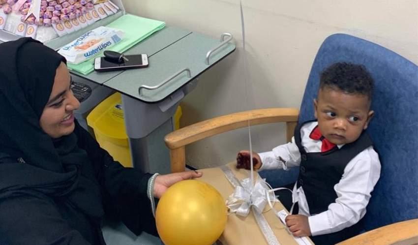 شابات إماراتيات يقدمن «العيدية» لأطفال مستشفى الفجيرة