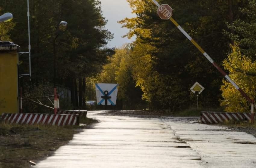 مدخل نقطة تفتيش قرب قرية نيونوكسا التي طلبت السلطات الروسية من السكان مغادرتها. (رويترز)