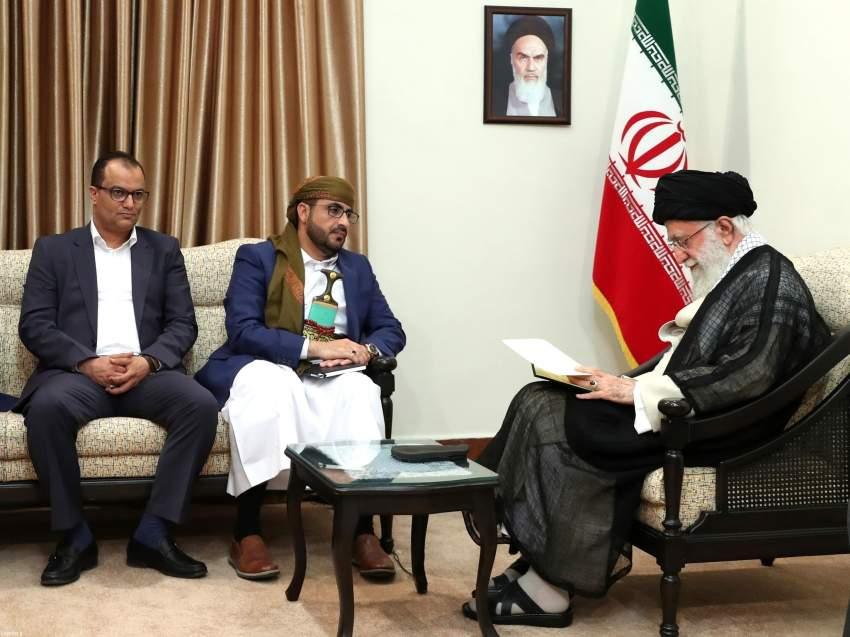 علي خامنئي ملتقياً وفد المتمردين الحوثيين في طهران.