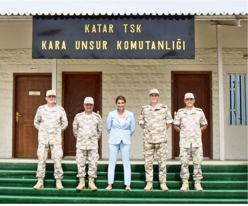 صورة نشرتها صحيفة حرييت للكاتبة التركية هاندي فرات أثناء زيارة الدوحة.