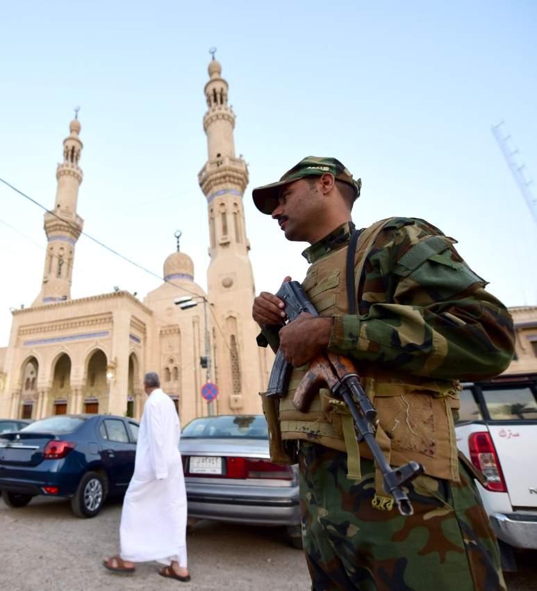 جندي عراقي في وسط بغداد حيث من المنتظر خروج تظاهرات اليوم تأييداً للجيش. (إي بي أيه)