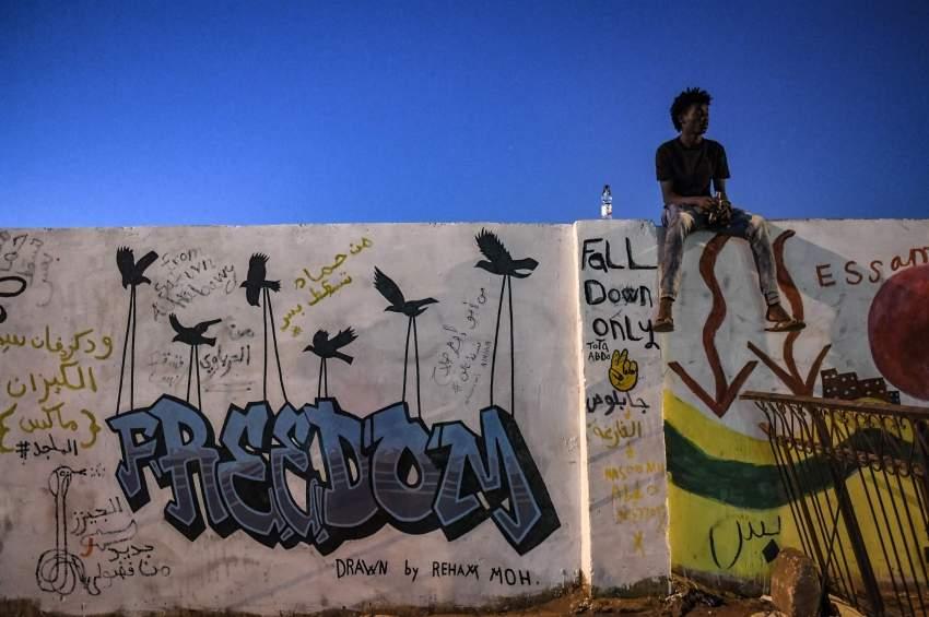شاب سوداني عند «غرافيتي» في الخرطوم. (أ ف ب)