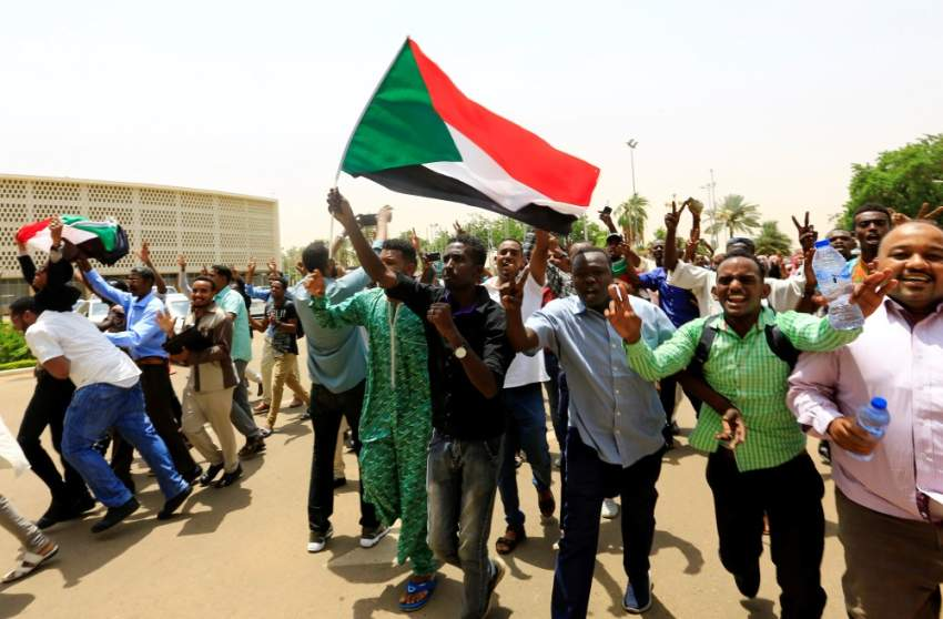 السودان يحتفل ببدء الانتقال إلى الحكم المدني