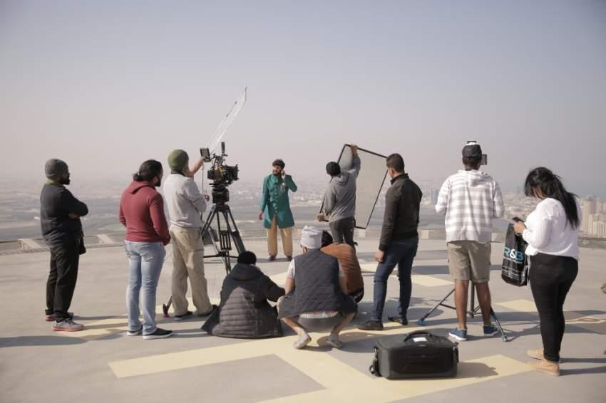 جانب من كواليس تصوير فيلم «خلك شنب». (الرؤية)
