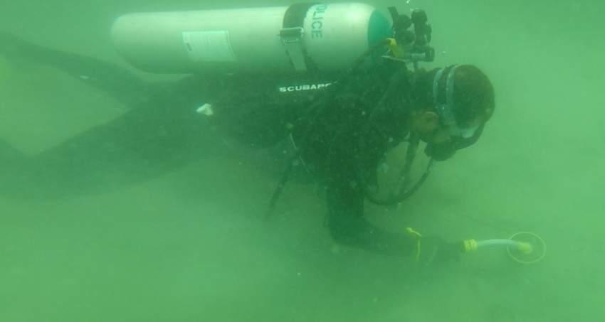 الفريق يستخدم أجهزة متطورة للتعامل مع مسرح الجريمة تحت الماء. (الرؤية)