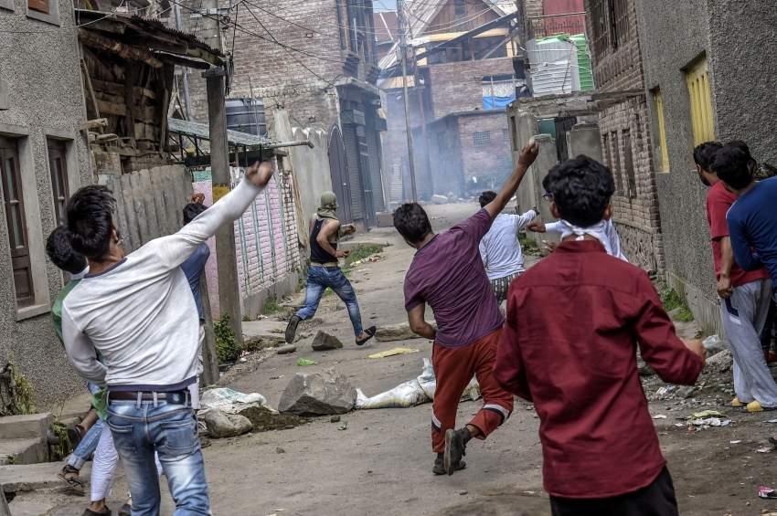 اشتباكات بين السكان والشرطة في سريناغار، المدينة الرئيسية في الجزء الذي تسيطر عليه الهند من إقليم كشمير. (نيويورك تايمز)