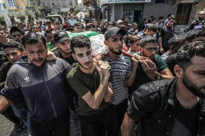 فلسطينيون يشيعون جثمان شهيد في بيت لاهيا بغزة. (إي بي أيه)