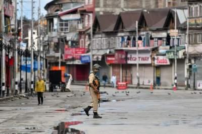 عنصر من الأمن وسط مدينة سريناجار بكشمير.