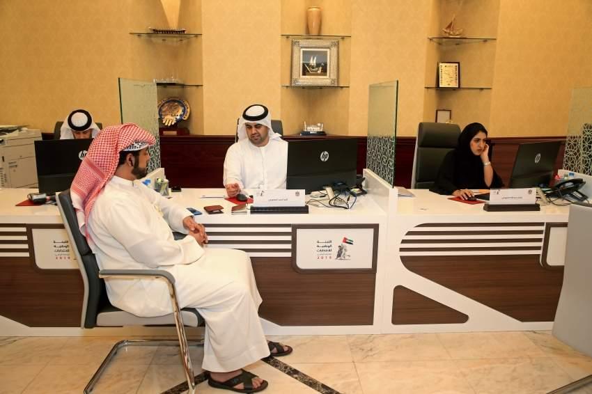 مرشحون خلال تقديم أوراقهم في أبوظبي. (تصوير: محمد بدرالدين)