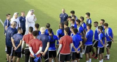 محمد بن هزام مع لاعبي منتخب الشباب الإماراتي.