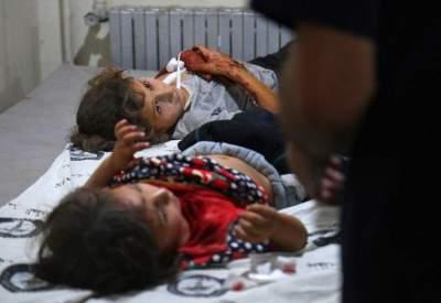 طفلتان سوريتان أصيبتا في قصف على إحدى المناطق في إدلب.