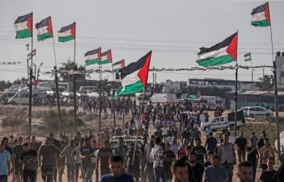 فلسطينيون بالقرب من السياج الحدودي شرقي قطاع غزة.