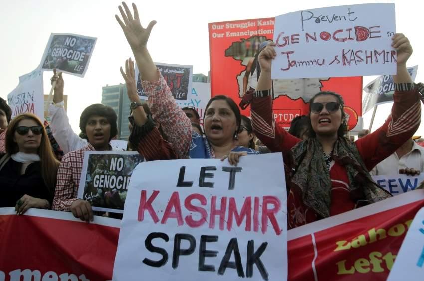 باكستانيون يتظاهرون في لاهور تضامناً مع شعب كشمير. (رويترز)