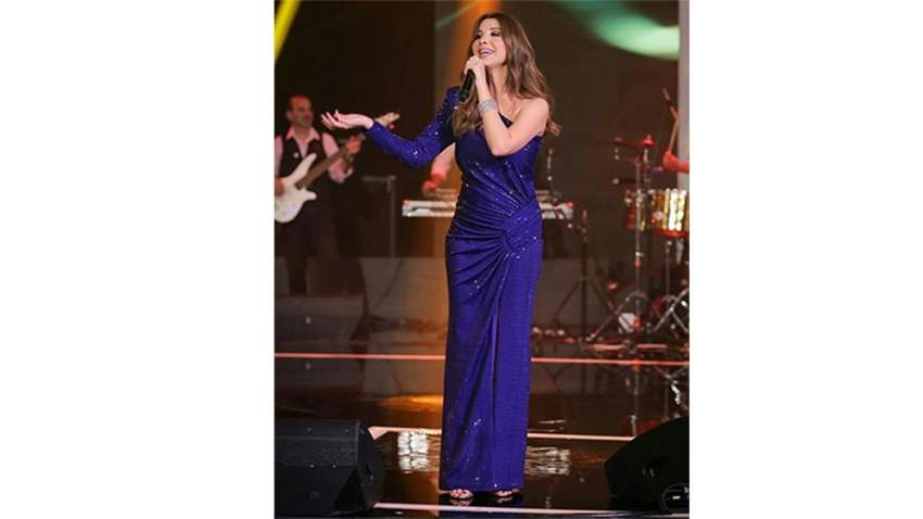 اختارت نانسي عجرم فستان أزرق من ألكسندر فوتييه في حفلها في صلالة