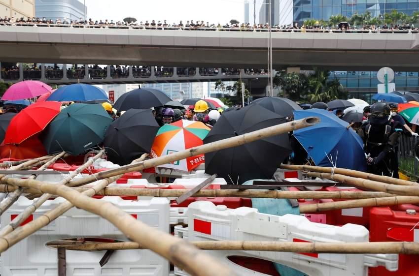 متظاهرون يشكلون سلاسل بشرية حول المدينة ويضعون المتاريس أمام الشرطة. (رويترز)