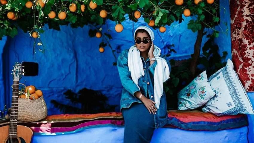 تشارك تيم متابعيها عشقها في السفر، وهنا تظهر في مدينة شفشاون في المغرب